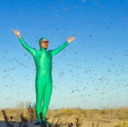 バッタ博士・前野ウルド浩太郎の衣装や緑の全身タイツはどこにある?