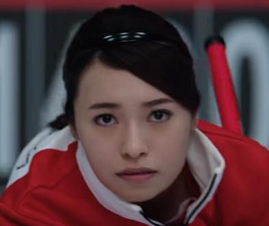 ワイモバイル最新CMでカーリングする女優は誰?出川哲朗と共演の女性を調査!