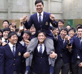 渡辺佳明さんがドラフトで指名されて喜んでいます。